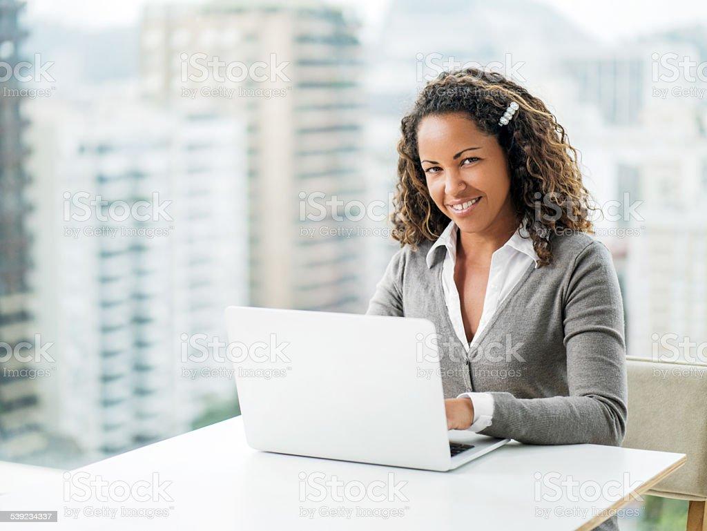 Empresaria afroamericana feliz usando el ordenador. foto de stock libre de derechos