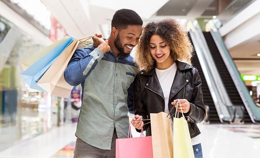 Glücklich Es Afrikanisches Amerikanisches Paar Das Über Einkäufe Und Lächeln Diskutiert Stockfoto und mehr Bilder von Afrikanischer Abstammung