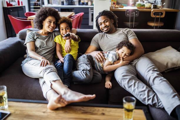 Glücklich afroamerikanische Familie vor dem Fernseher im Wohnzimmer. – Foto