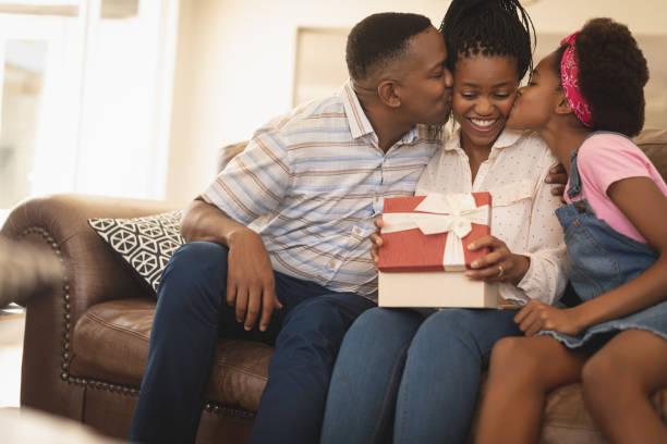 Glückliche afroamerikanischen Vater und Tochter Mutter auf Wangen küssen – Foto