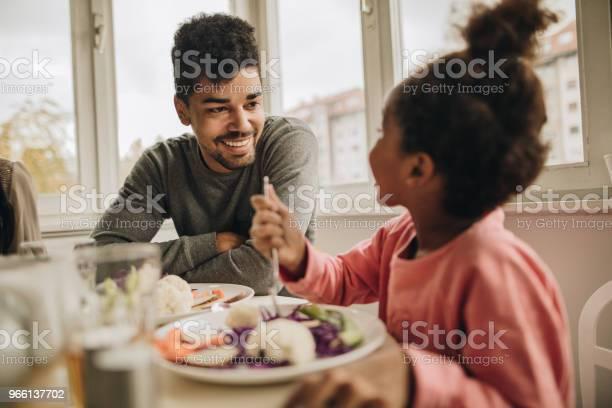 Glad African American Fader Talar Till Sin Lilla Dotter Under Lunchen Hemma-foton och fler bilder på Afrikanskt ursprung