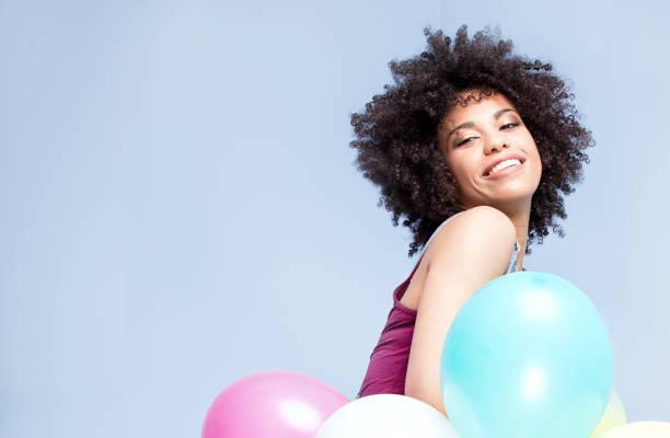 glückliches afroamerikanische mädchen mit luftballons. - ballonhose stock-fotos und bilder