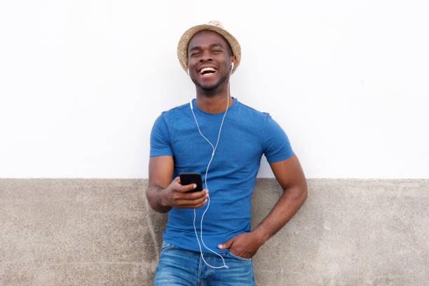 glücklich afrikanische nasienden Mann hören Musik mit Handy und Kopfhörer – Foto