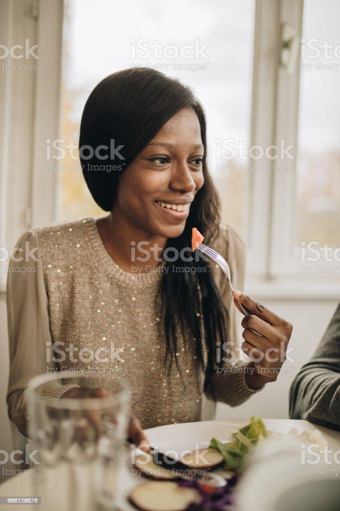 Glückliche afroamerikanische Frau zu Hause zu Mittag. - Lizenzfrei Afrikanischer Abstammung Stock-Foto