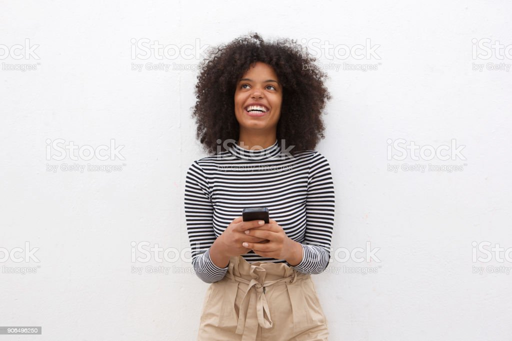 Heureuse femme afro-américaine, tenant le téléphone intelligent - Photo