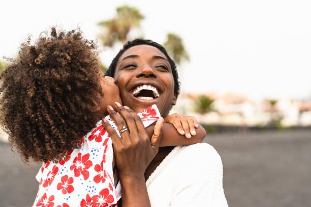 暑假期間在海灘上快樂的非洲家庭 - 非裔美國人在假期玩得開心 - 父母喜歡團結和旅行生活方式的概念。 - 幸福 個照片及圖片檔