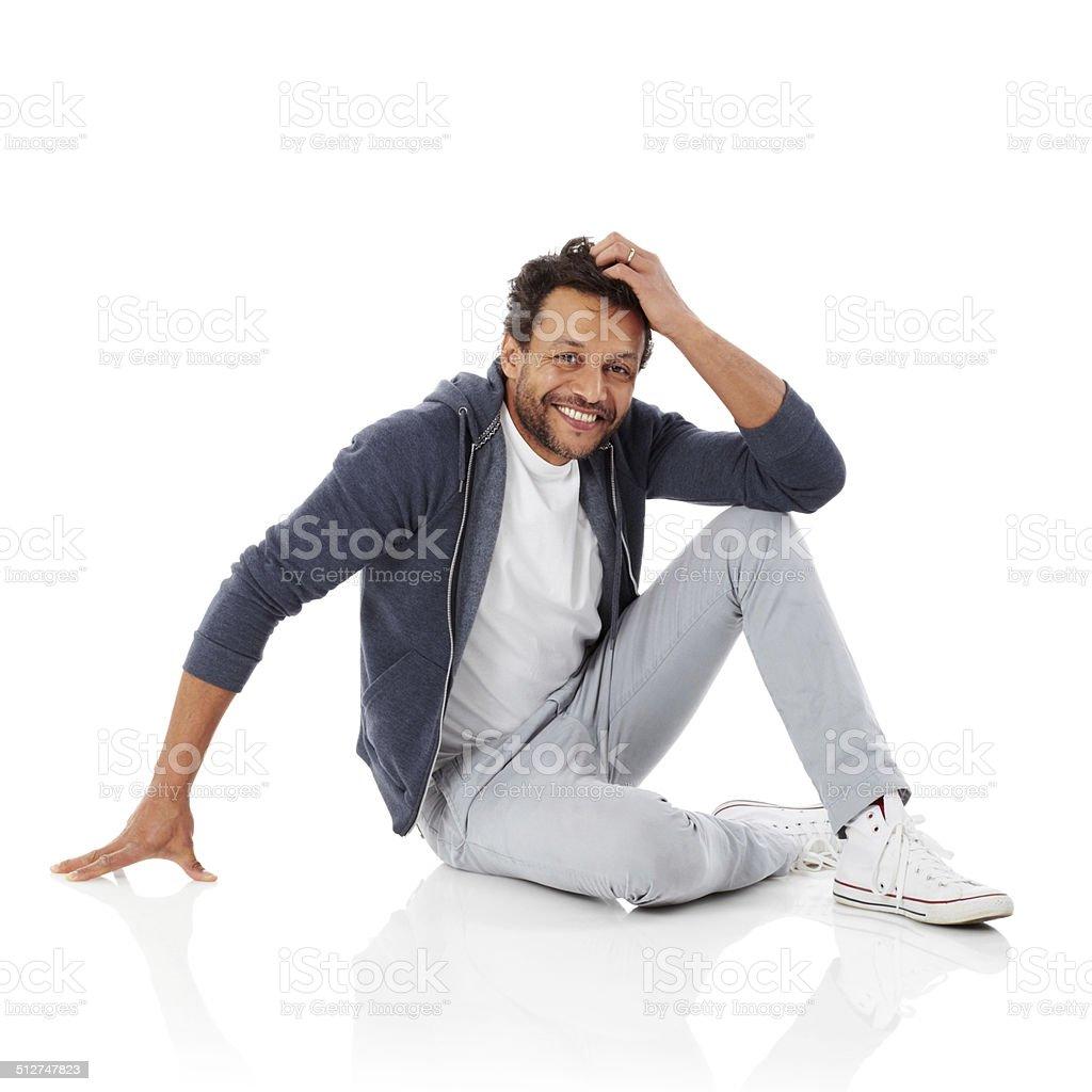 Heureux homme africain assis sur un arrière-plan blanc - Photo