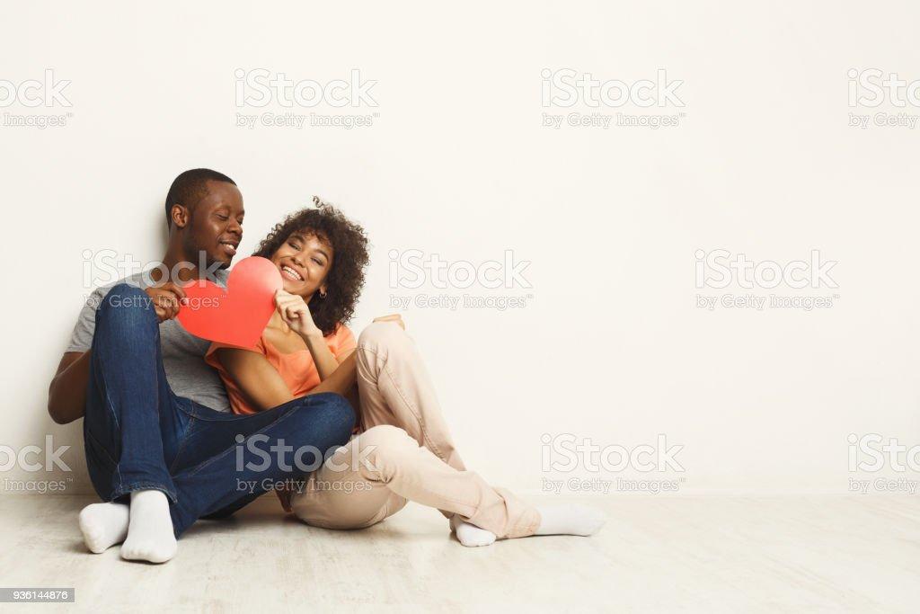 African-American Brautpaar hält Papierherz – Foto
