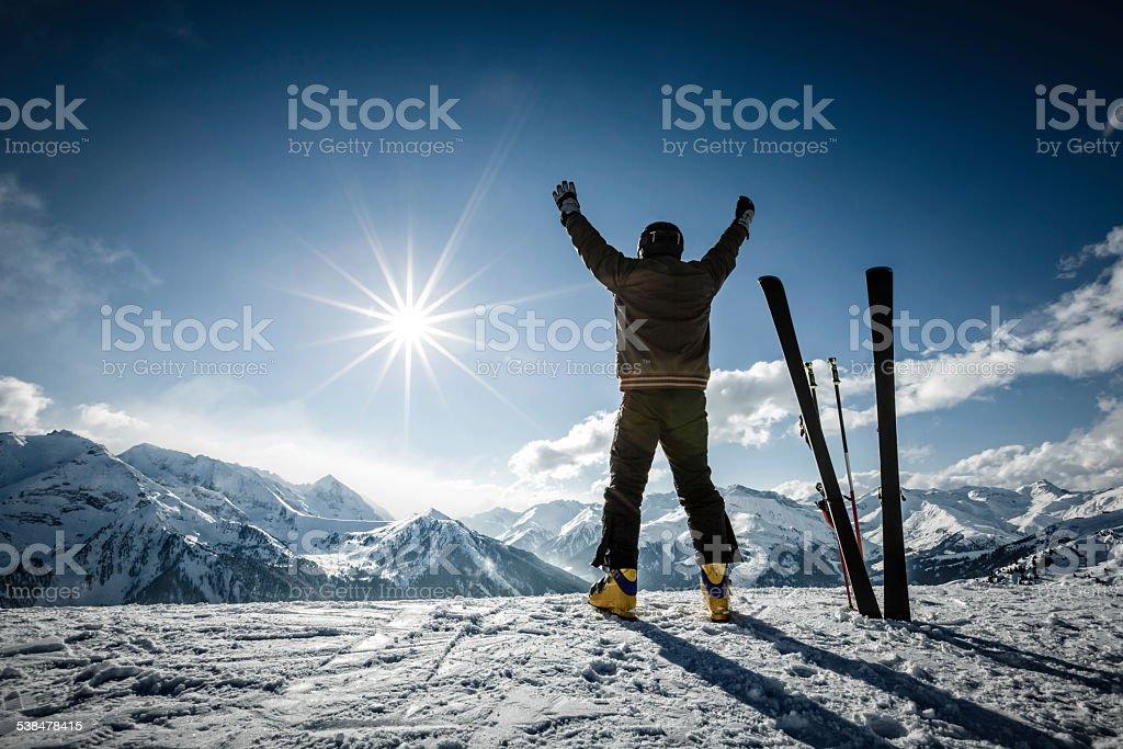 Картинка горнолыжники на склонение чурок ветками
