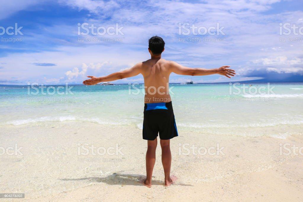 Alegre Hombre En Feliz Y De Camisa Las Levantando Sin Baño Traje NPnOw0ym8v