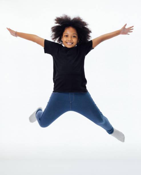 Glücklich und Spaß Afrikanische amerikanische schwarze Kind Springen mit erhobenen Händen isoliert auf weißem Hintergrund – Foto