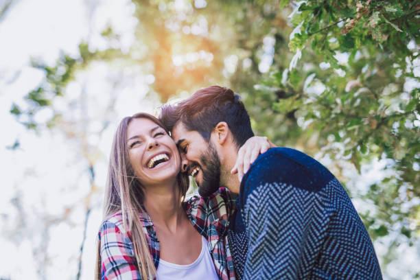 glücklich und in love - junges paar stock-fotos und bilder