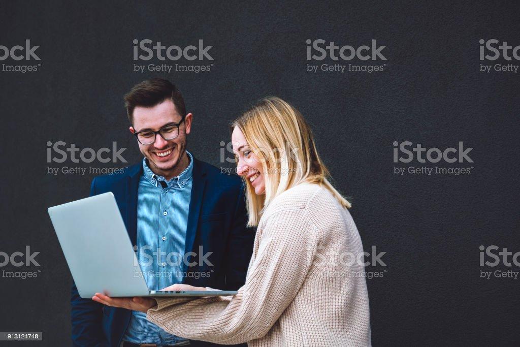 Glücklich und lächelnd Geschäftsleute, die auf dem laptop – Foto