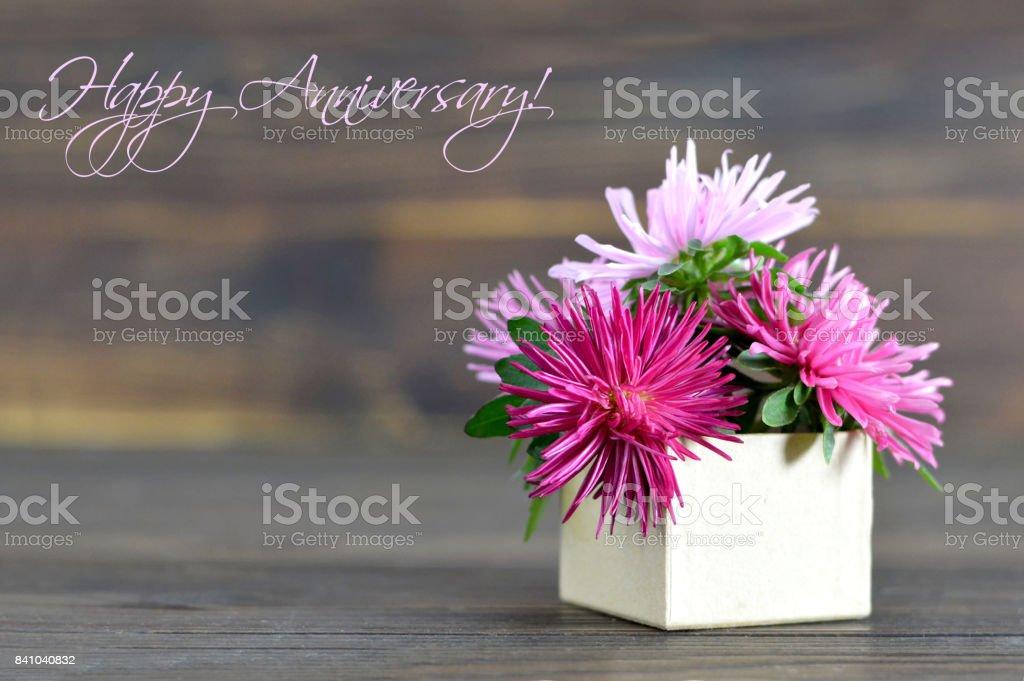 Cartão de feliz aniversário com flores dispostas em caixa de presente - foto de acervo
