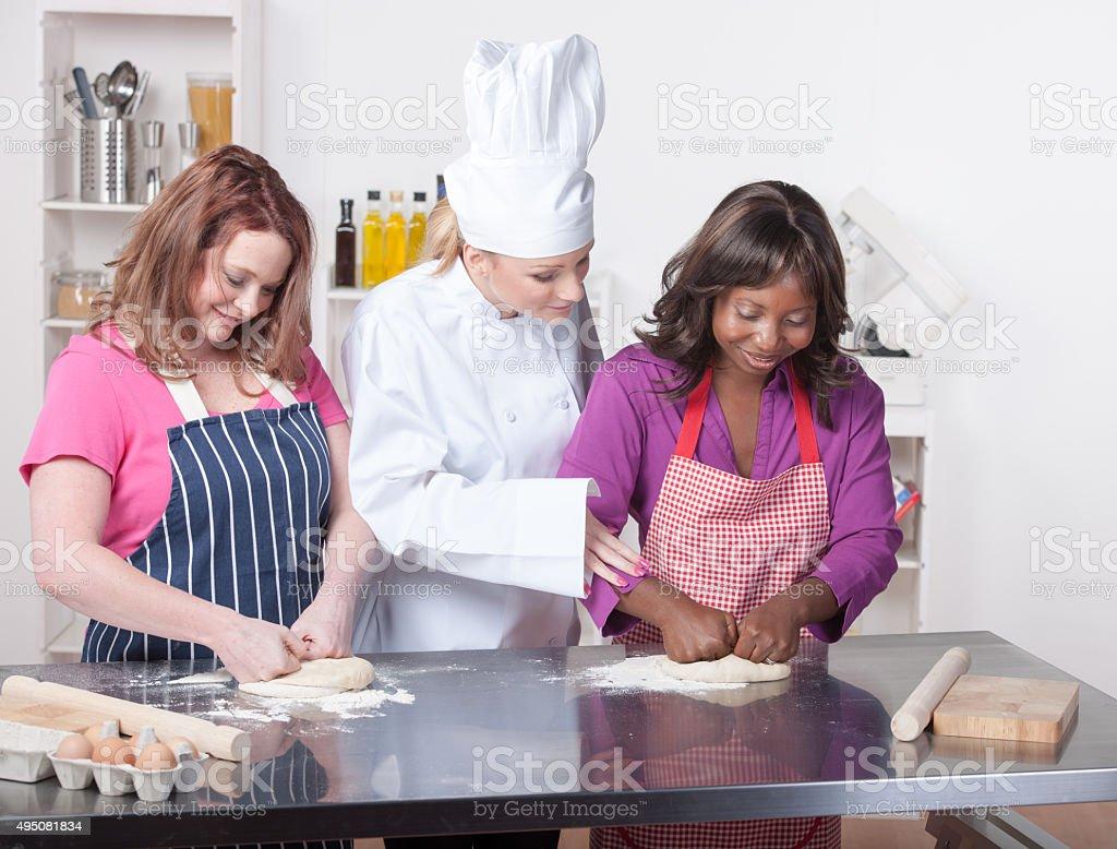Happy Auszubildenden Kneten Teig In eine Gewerbliche Küche – Foto