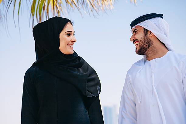 happy arabische paar genießen am strand - hochzeitsreise dubai stock-fotos und bilder