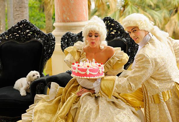 happy aristokratischen geburtstag mit kuchen - prinzessinnen torte stock-fotos und bilder