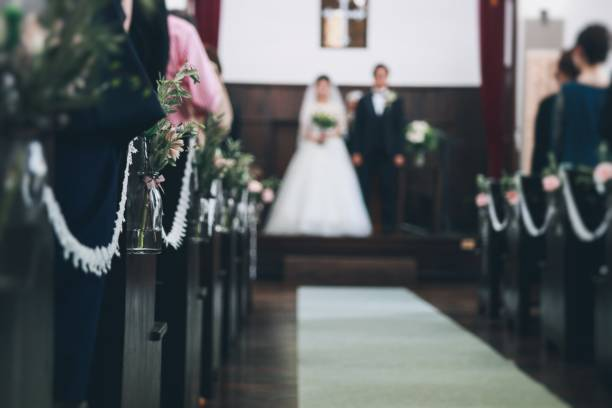幸せなアジアの新郎新婦 - 結婚式 ストックフォトと画像