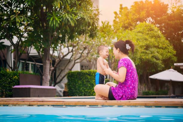 Glückliche asiatischen Familie von Mutter und Kind spielen in den pool – Foto