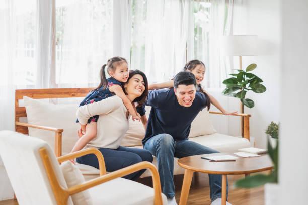 快樂的亞洲家庭一起玩在浴室,家庭客廳 - 亞洲 個照片及圖片檔