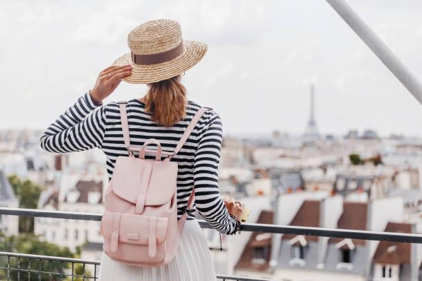 Glücklichasiatische Mädchen genießt einen großen Blick auf Paris von der Höhe der Aussichtsplattform – Foto