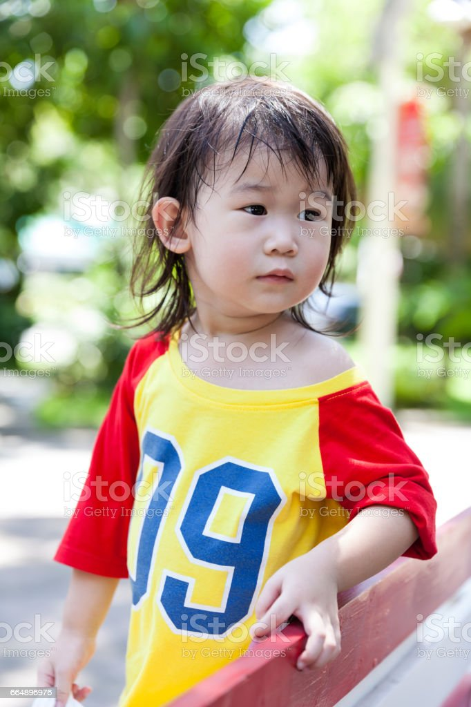 Happy asian girl with thump up, travel on vacation. foto stock royalty-free