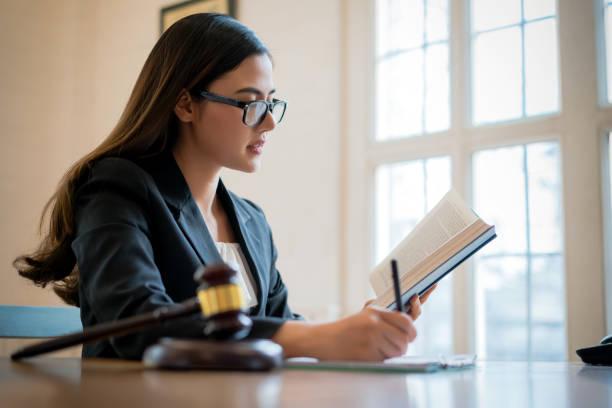 glückliche asiatische anwaltsberaterin, die mit laptop in office.law beratung rechtsberatung konzept - rechtsassistent stock-fotos und bilder