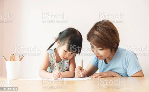 Happy Asian Mother And Daughter Drawing Together - Fotografie stock e altre immagini di Adolescente