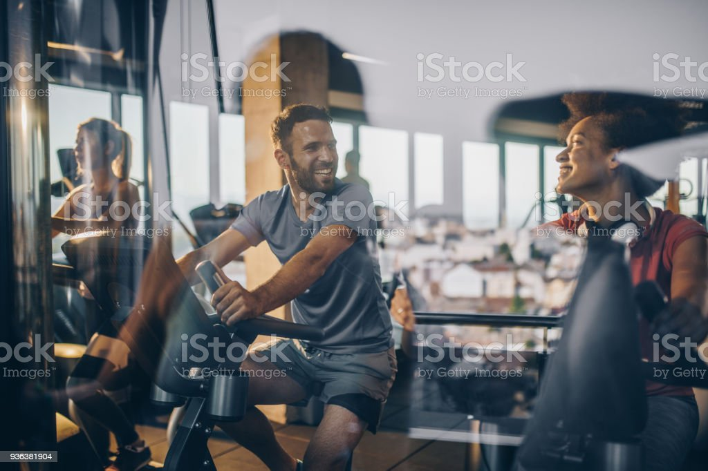 Glückliche Athleten beim Turnen in der Turnhalle zusammen kommunizieren. – Foto