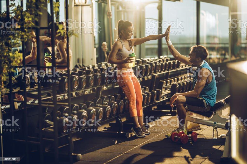 Sportliche Brautpaar geben einander hoch fünf nach dem Sport training in einem Fitnessstudio. – Foto