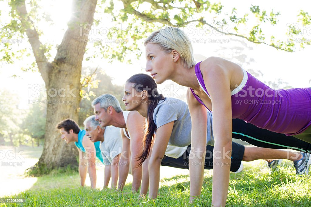 Grupa szczęśliwy sportowy szkolenia – zdjęcie