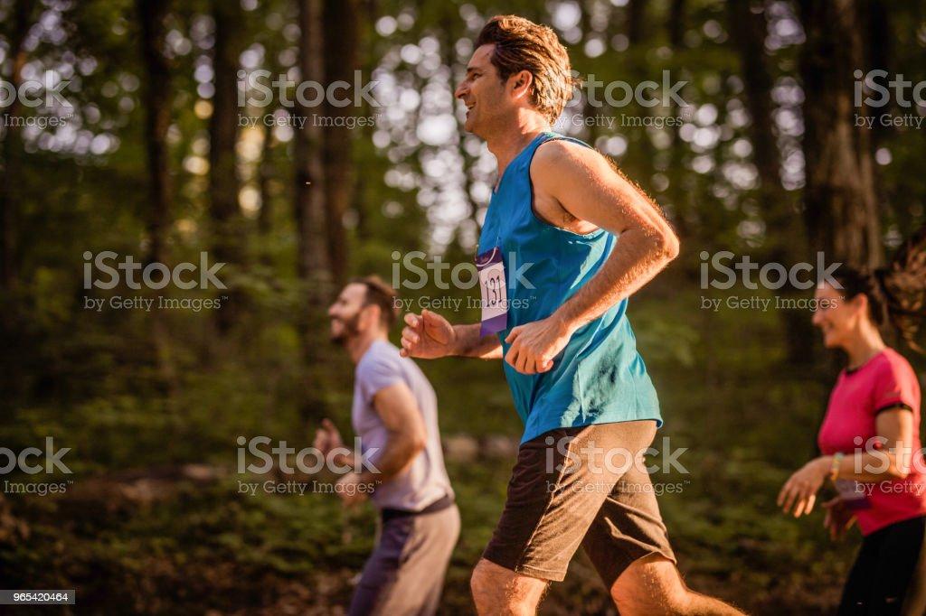 Heureux homme athlétique courir un marathon dans la nature. - Photo de Activité de loisirs libre de droits