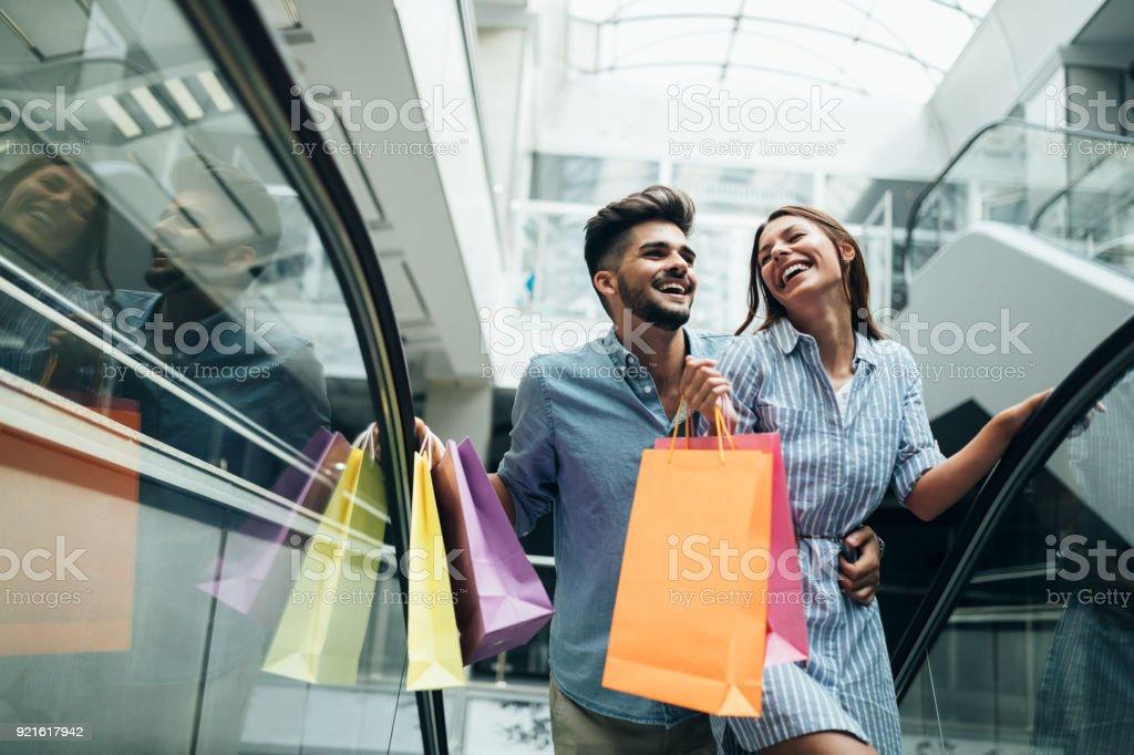 Gelukkig aantrekkelijke verliefde paar genieten van samen winkelen - Royalty-free Alleen volwassenen Stockfoto