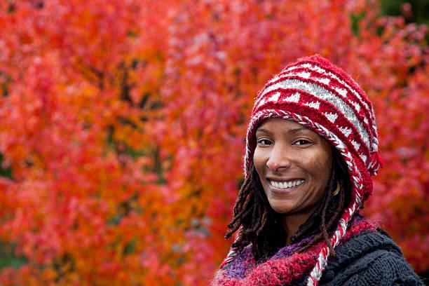 glücklich herbst frau - rote dreads stock-fotos und bilder