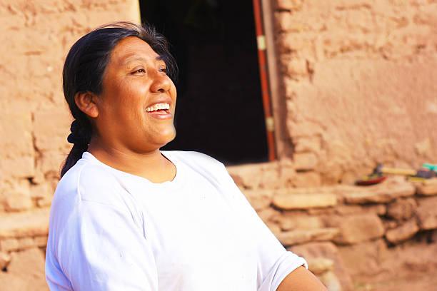 happy aymara woman - 阿爾蒂普拉諾山脈 個照片及圖片檔