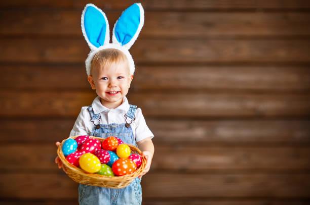 terno de menino feliz no coelhinho da páscoa com cesta de ovos - familia pascoa - fotografias e filmes do acervo