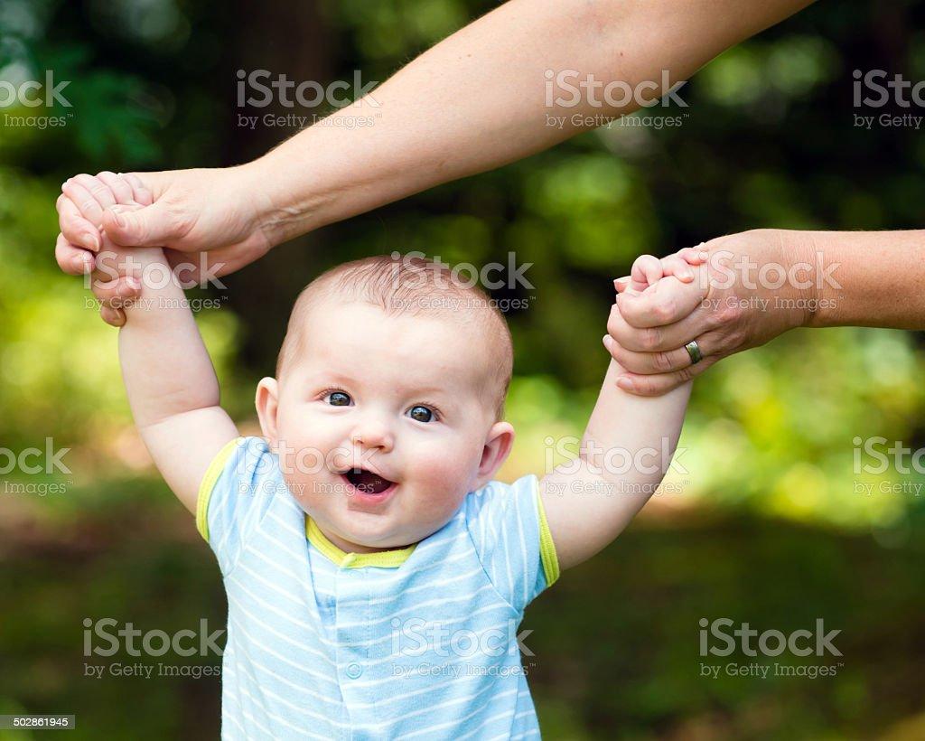 Happy baby boy aprender a pie - Foto de stock de Agarrar libre de derechos