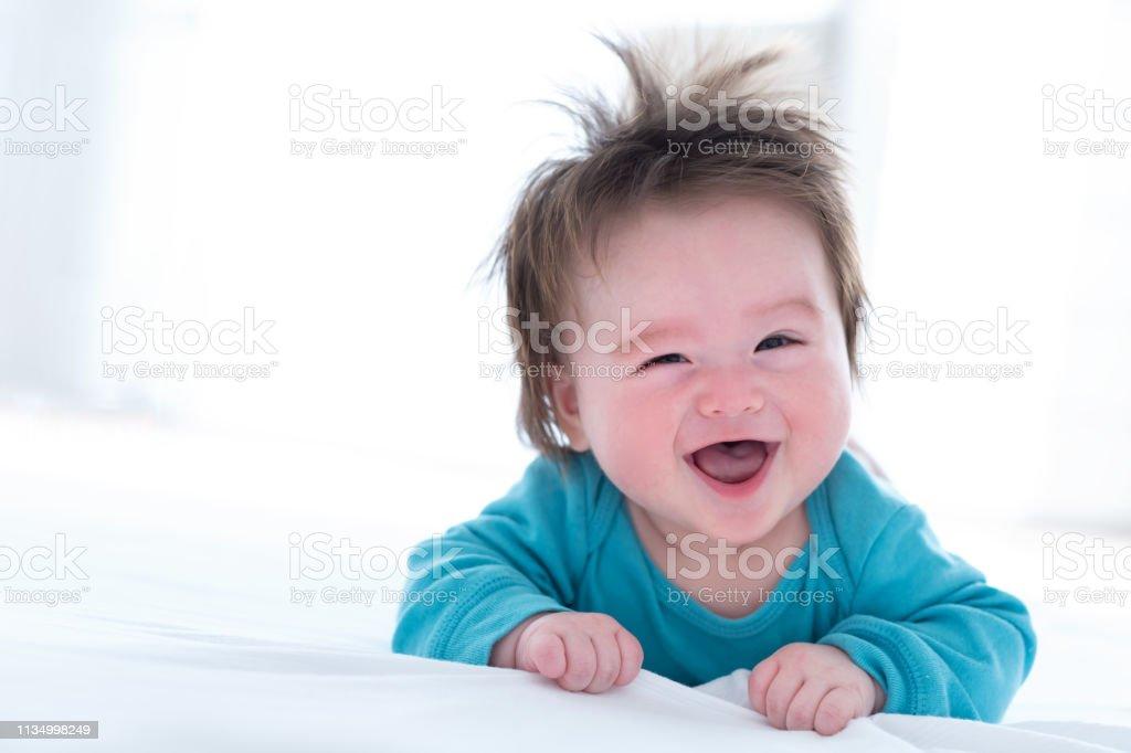 Gelukkige baby jongen liggend - Royalty-free Alleen Japans Stockfoto