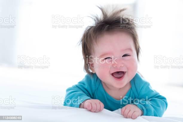 Gelukkige Baby Jongen Liggend Stockfoto en meer beelden van Alleen Japans