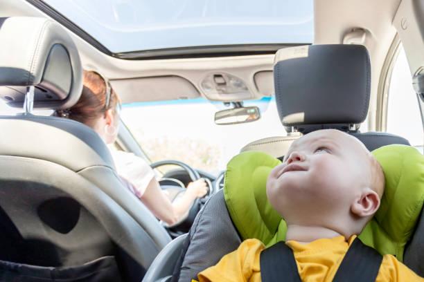 Happy Baby Boy Secure in Baby-Car-Sitze – Foto