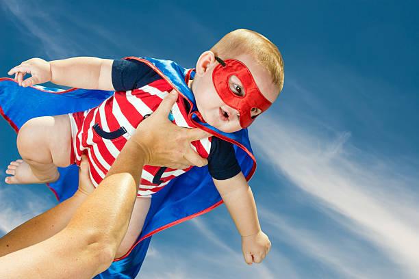 feliz menino de criança com fantasia de super-herói de voo - baby super hero imagens e fotografias de stock