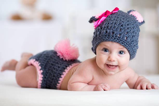glücklich baby kind in bunny-kostüm ein kaninchen - festliche babymode junge stock-fotos und bilder