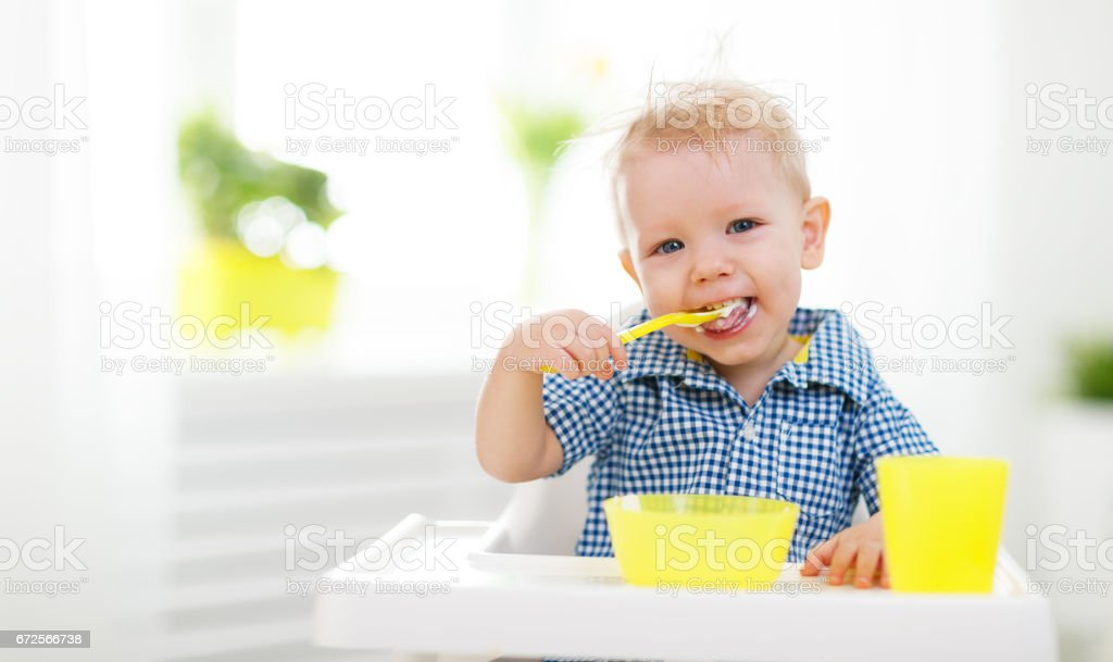 Happy baby eating himself - foto de acervo
