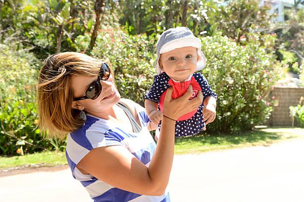 happy baby-mädchen gehen zum strand - hochzeitsspiele eltern stock-fotos und bilder