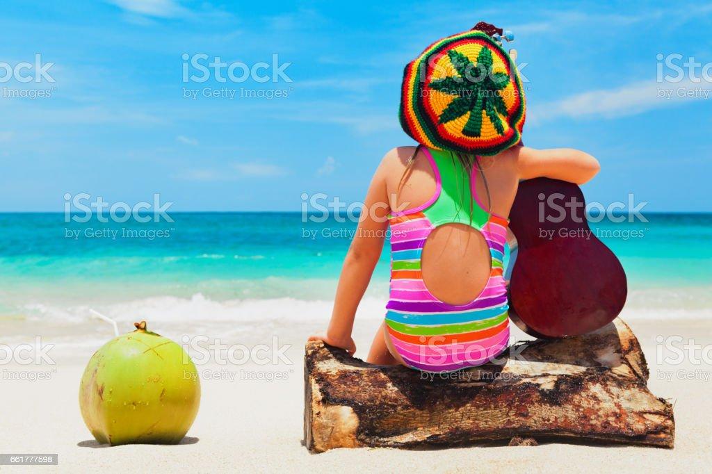 Bebé feliz divertirse en vacaciones de verano playa tropical - foto de stock