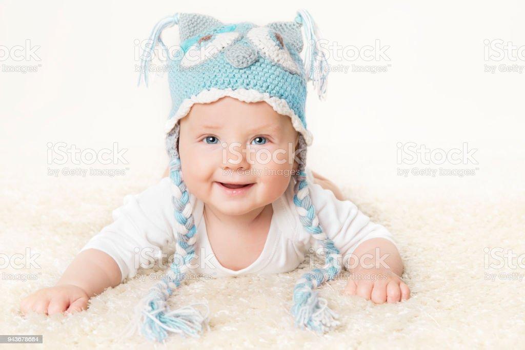 Gluckliches Baby In Blauer Strickmutze Kid Boy Heben Kopf Kleinkind Kind Portrait Stockfoto Und Mehr Bilder Von 2 5 Monate Istock