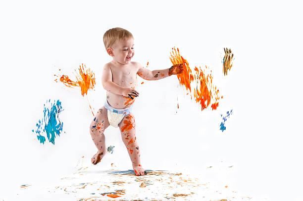 glückliches kind fingerpainting - lustige babybilder stock-fotos und bilder