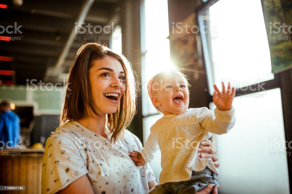 Glückliches Baby winkend - Lizenzfrei Alleinerzieherin Stock-Foto
