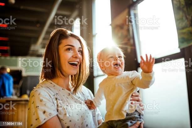 Glückliches Baby Winkend Stockfoto und mehr Bilder von Alleinerzieherin