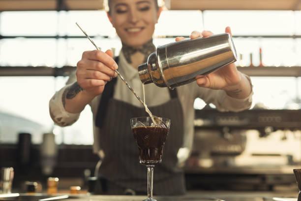 행복 한 바리 스타 커피 카페 카운터에서 칵테일 만들기 - bartender 뉴스 사진 이미지